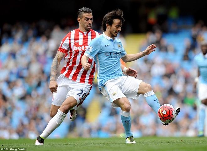 Man City vuon len thu 3 sau tran thang Stoke 4-0 hinh anh 1