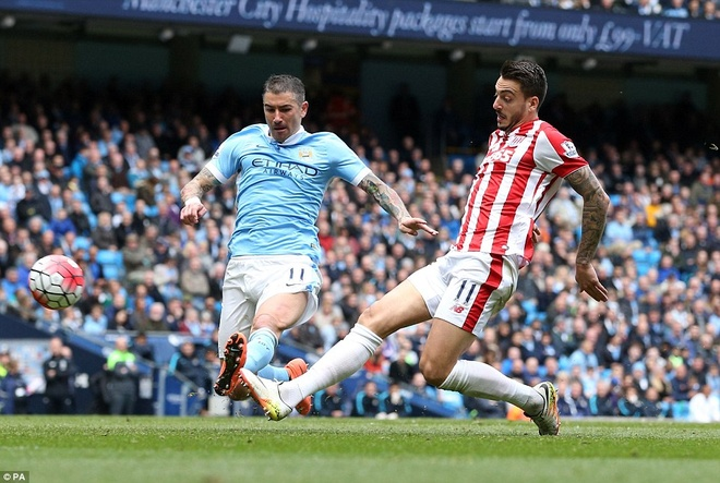 Man City vuon len thu 3 sau tran thang Stoke 4-0 hinh anh 2