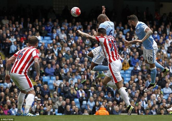 Man City vuon len thu 3 sau tran thang Stoke 4-0 hinh anh 4