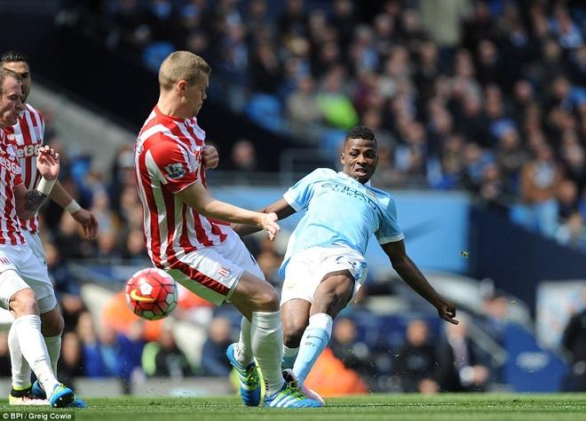 Man City vuon len thu 3 sau tran thang Stoke 4-0 hinh anh 3
