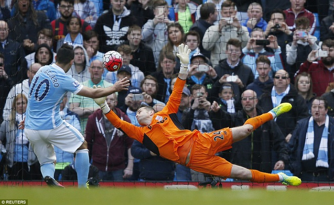 Man City vuon len thu 3 sau tran thang Stoke 4-0 hinh anh 5
