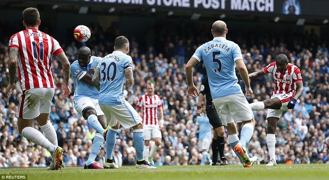 Man City vuon len thu 3 sau tran thang Stoke 4-0 hinh anh 6