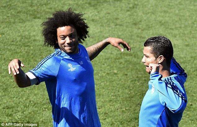 Ronaldo cung dong doi thu gian truoc tran gap Man City hinh anh