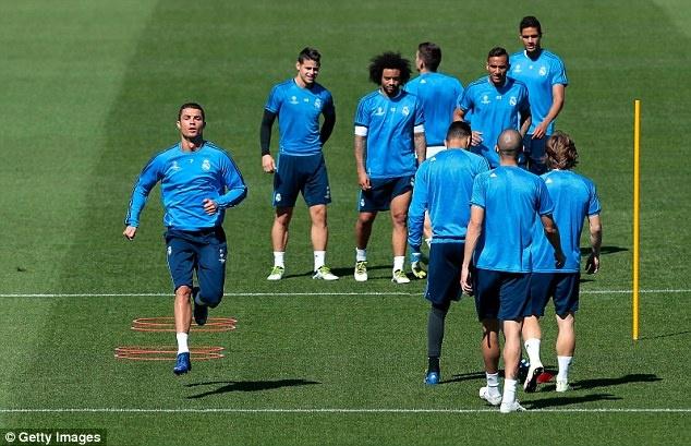 Ronaldo cung dong doi thu gian truoc tran gap Man City hinh anh 4