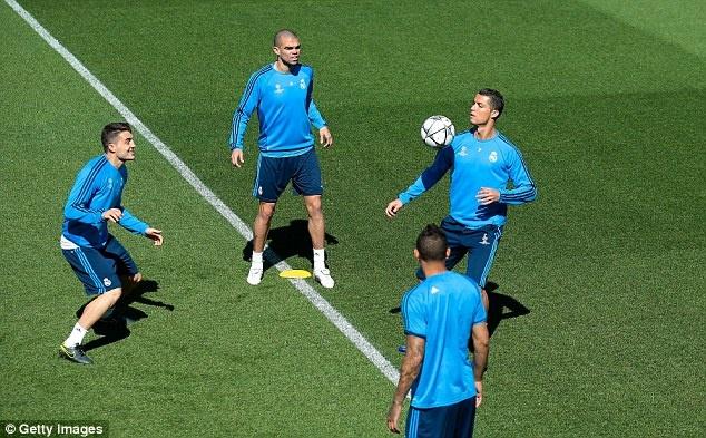 Ronaldo cung dong doi thu gian truoc tran gap Man City hinh anh 8