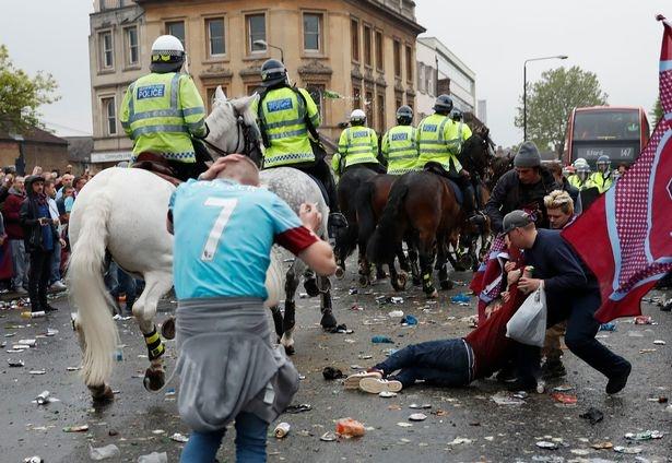 Xe cho cau thu MU bi co dong vien West Ham tan cong hinh anh 2