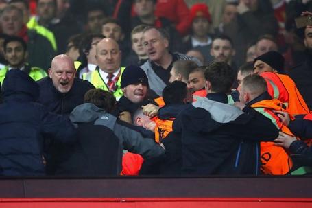MU, Liverpool bi phat nang vi co dong vien au da hinh anh