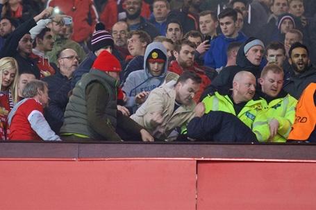 MU, Liverpool bi phat nang vi co dong vien au da hinh anh 1