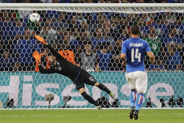 Danh bai Italy, CH Ireland lan dau vuot qua vong bang Euro hinh anh 12