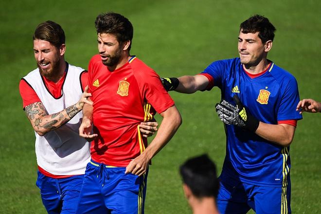 Casillas tat Pique trong buoi tap hinh anh