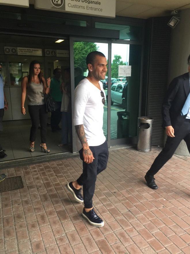 Chuyen nhuong 27/6: Barca tim duoc phuong an thay Dani Alves hinh anh 4