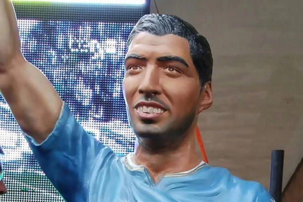Tham hoa dieu khac mang ten Luis Suarez tai que nha hinh anh