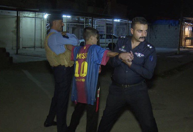Cau be mac ao Messi bi bat vi danh bom lieu chet tai Iraq hinh anh 1