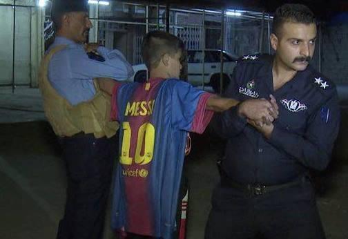 Cau be mac ao Messi bi bat vi danh bom lieu chet tai Iraq hinh anh