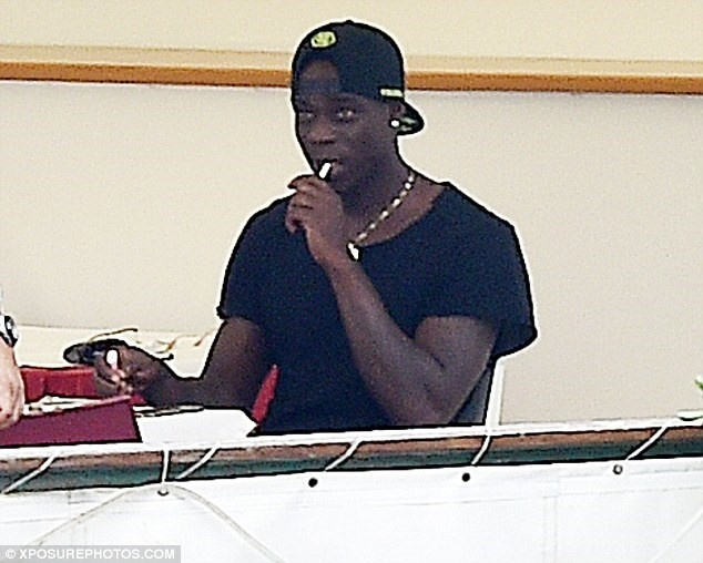 Balotelli to chuc tiec linh dinh tai Manchester anh 9
