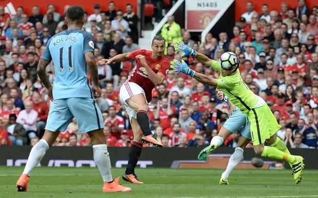 Bravo, Mkhitaryan lot doi hinh te nhat vong 4 Premier League hinh anh 2