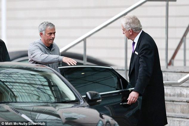 Mourinho cung hoc tro den san tap voi guong mat met moi hinh anh 2