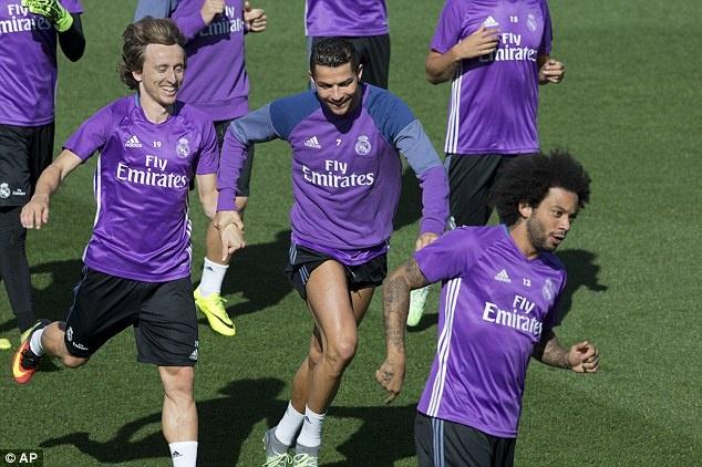 Ronaldo va Bale tro lai, Real san sang pha ky luc cua Barca hinh anh 1