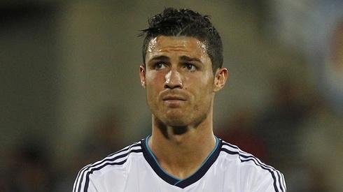 Ronaldo duoc me dong vien sau khi bi thay ra som hinh anh