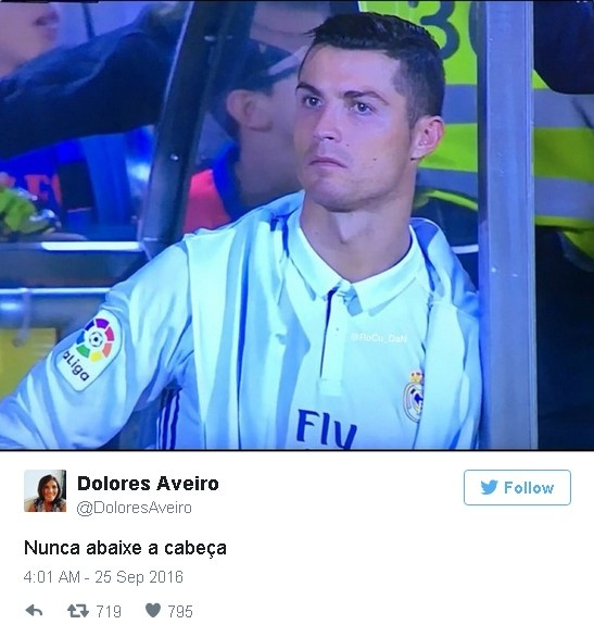 Ronaldo duoc me dong vien sau khi bi thay ra som hinh anh 1