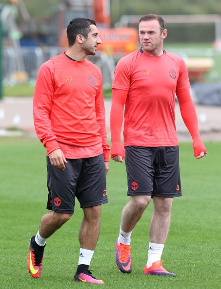 Rooney 'siet co' Young trong buoi tap truoc Europa League hinh anh 5