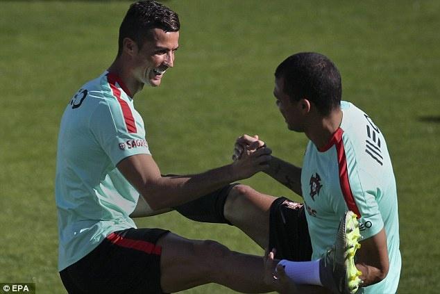 Ronaldo chay het minh tren san tap cung tuyen Bo Dao Nha hinh anh