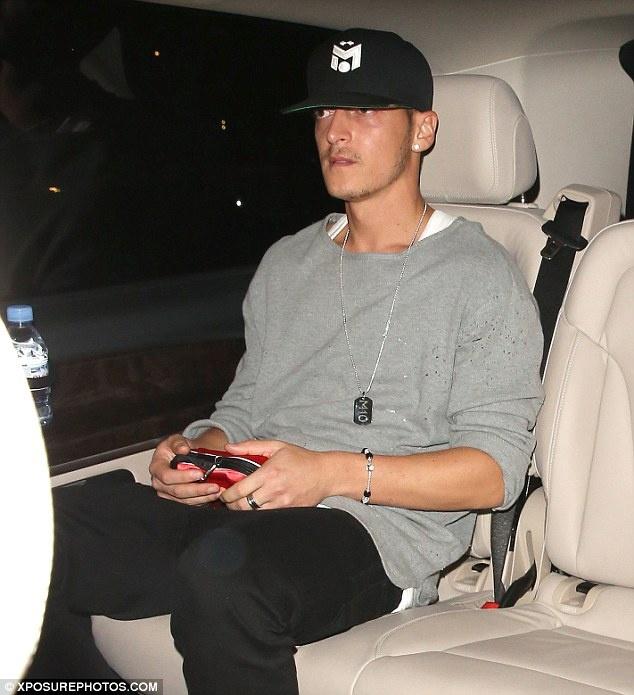 Mesut Ozil mung sinh nhat cung hop dem voi Justin Bieber hinh anh 2