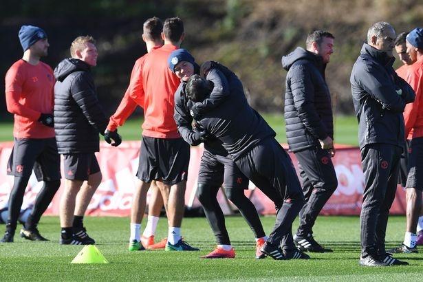 Rooney 'vat nhau' voi cuu huan luyen vien Binh Duong hinh anh 9