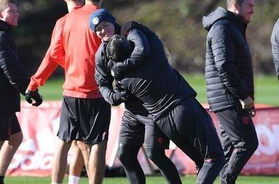 Rooney 'vat nhau' voi cuu huan luyen vien Binh Duong hinh anh