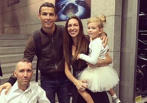 Nghia cu cua Ronaldo voi dong nghiep mac benh hiem ngheo hinh anh