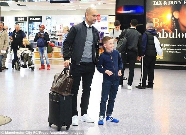 Messi cung dan sao Barca sanh dieu do bo san bay Manchester hinh anh 11