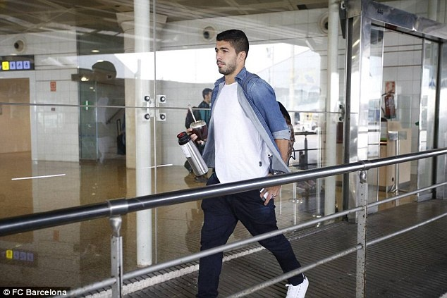 Messi cung dan sao Barca sanh dieu do bo san bay Manchester hinh anh 9
