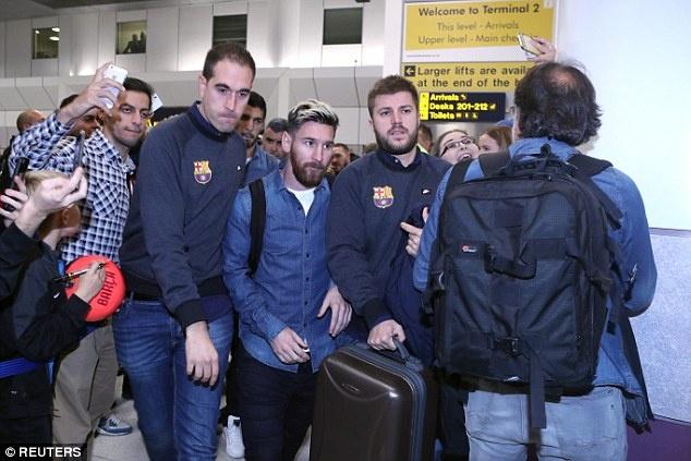 Messi cung dan sao Barca sanh dieu do bo san bay Manchester hinh anh 1