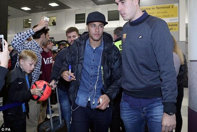 Messi cung dan sao Barca sanh dieu do bo san bay Manchester hinh anh 2