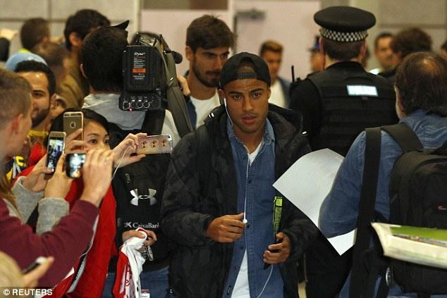 Messi cung dan sao Barca sanh dieu do bo san bay Manchester hinh anh 6