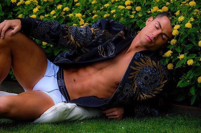 Ronaldo lai gay soc voi anh ban nude 'nu tinh' hinh anh
