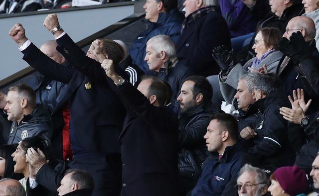 Ibra giai khat ban thang, MU danh bai Swansea 3-1 hinh anh 13
