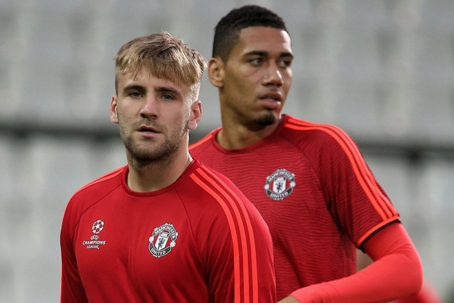 Mourinho tuc gian quat mang Smalling, Shaw hinh anh