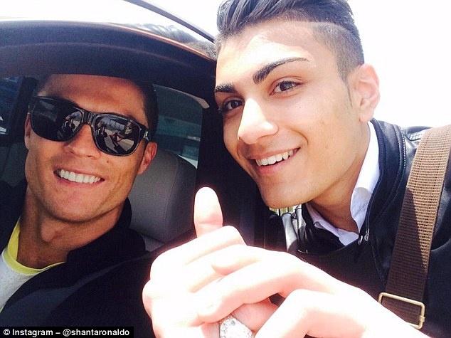 Ban sao Ronaldo mo khoac ao Real Madrid hinh anh 1
