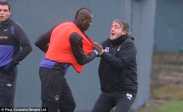 Bo qua thu han, Balotelli het loi ca ngoi Roberto Mancini hinh anh 1