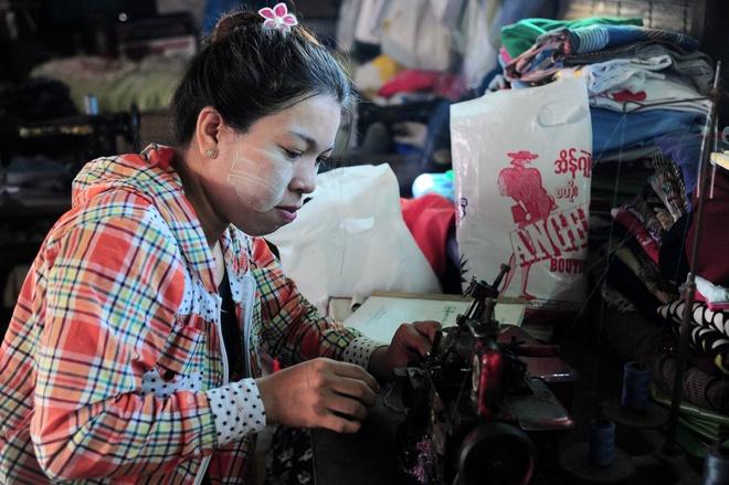 Chuyen ve gia dinh tho may yeu bong da o Yangon anh 1