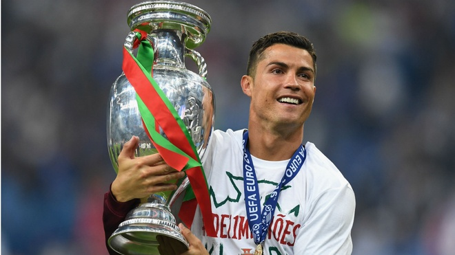Ronaldo qua dem voi 3 co gai toc vang truoc chung ket Euro hinh anh
