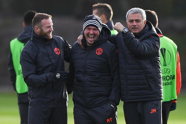 Rooney treu dua dong doi tren san tap hinh anh 2