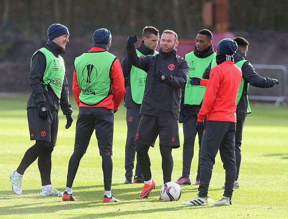 Rooney treu dua dong doi tren san tap hinh anh 6