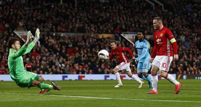 De bep Feyenoord 4-0, MU rong cua vao vong knock-out hinh anh 16