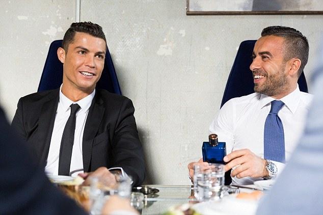 Ronaldo chay da cho sieu kinh dien bang huong nuoc hoa moi hinh anh 7
