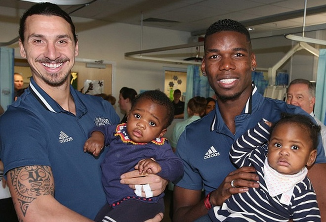 Ibra, Pogba mang khong khi Giang sinh den tre em Manchester hinh anh