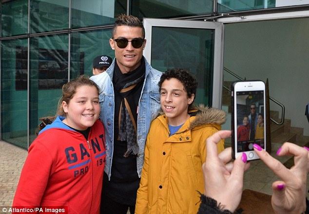 Ronaldo dua ban gai ve ra mat gia dinh hinh anh 2