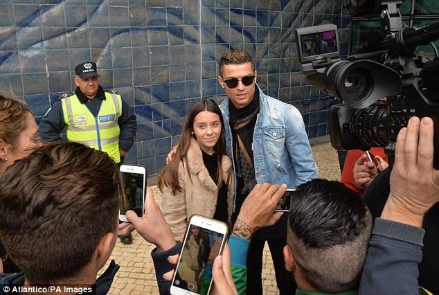 Ronaldo dua ban gai ve ra mat gia dinh hinh anh 3