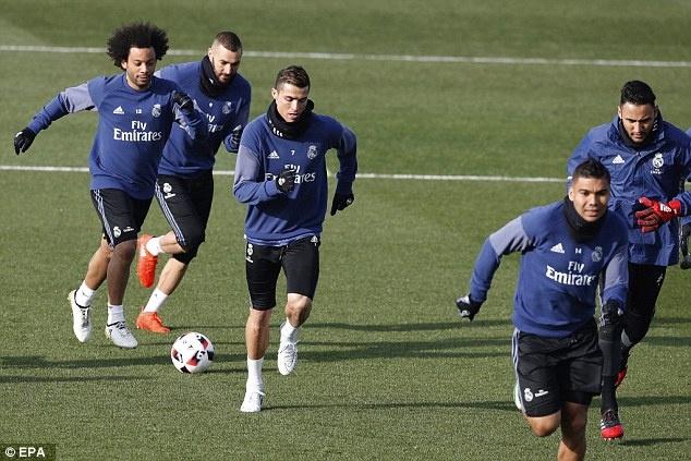 Ronaldo dua ban gai ve ra mat gia dinh hinh anh 10